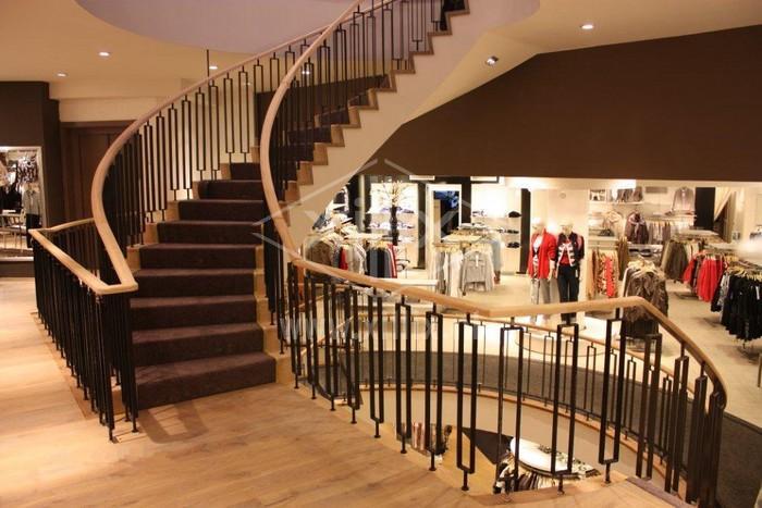 wenteltrap xillix.nl met balustrade met ovalen eiken gebogen handregel