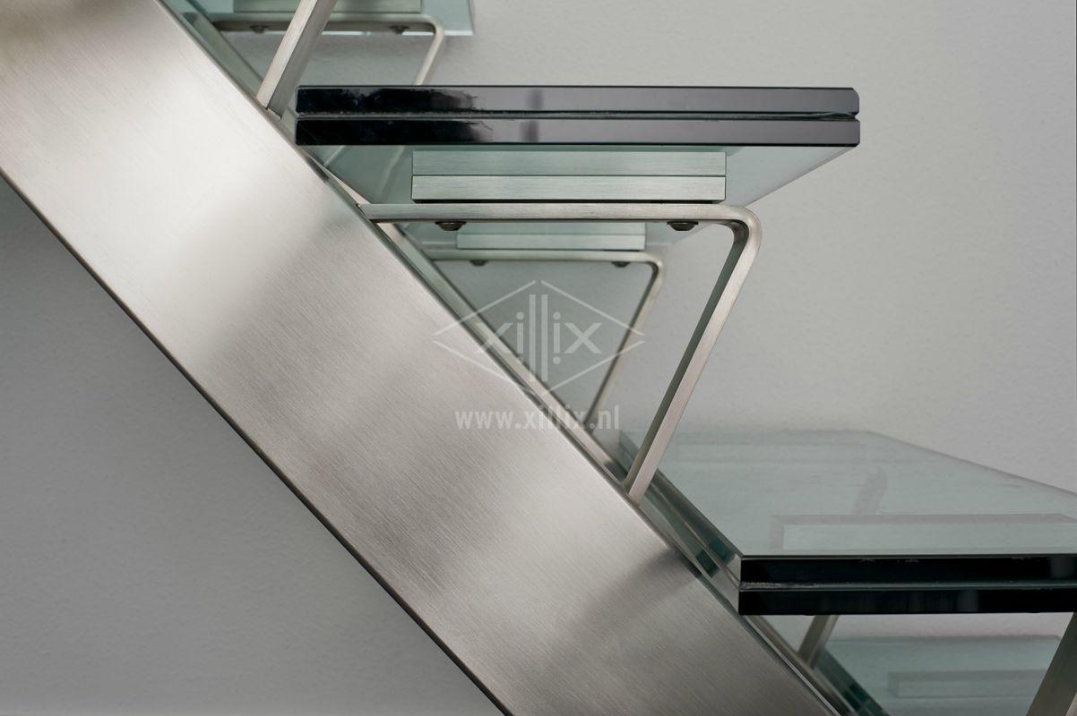zijaanzicht rvs trap met glazen treden xillix.nl