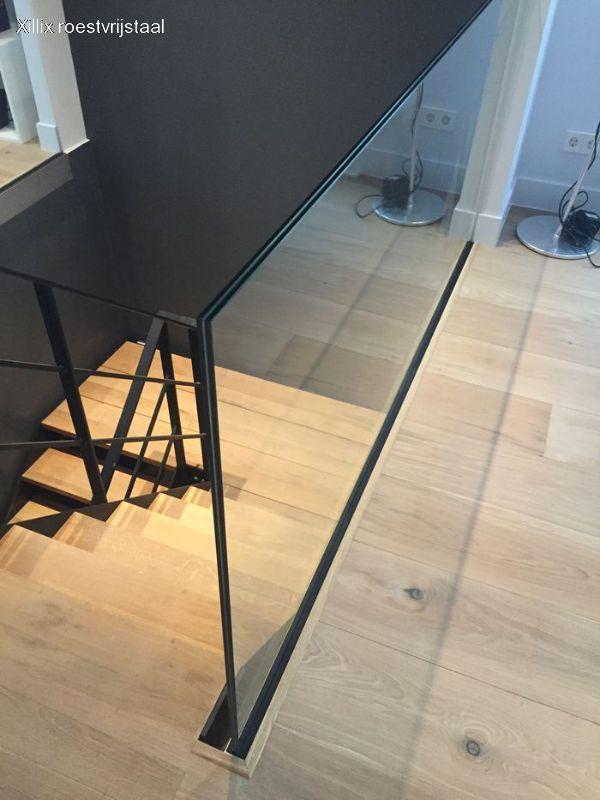 ingeklemd glas van een glazen balustrade xillix.nl