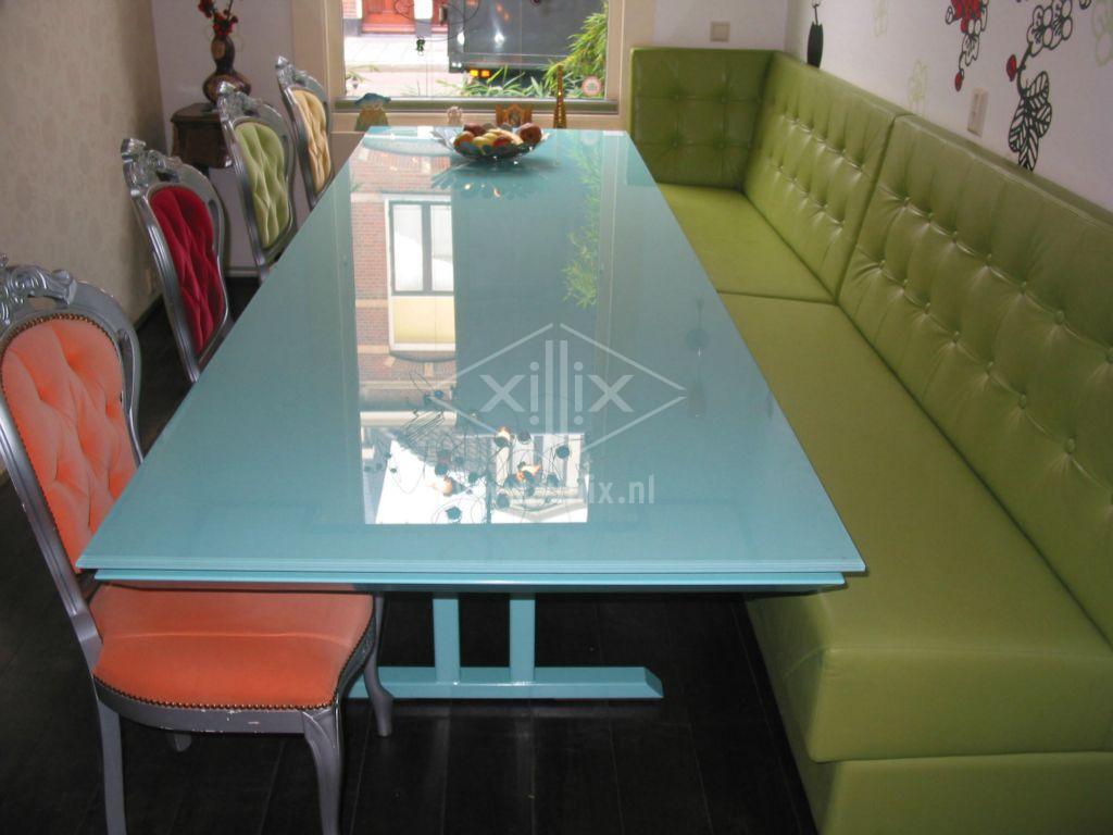 eetkamertafel uit één kleur van xillix.nl op gepoedercoat stalen voet voor bij eetbank.
