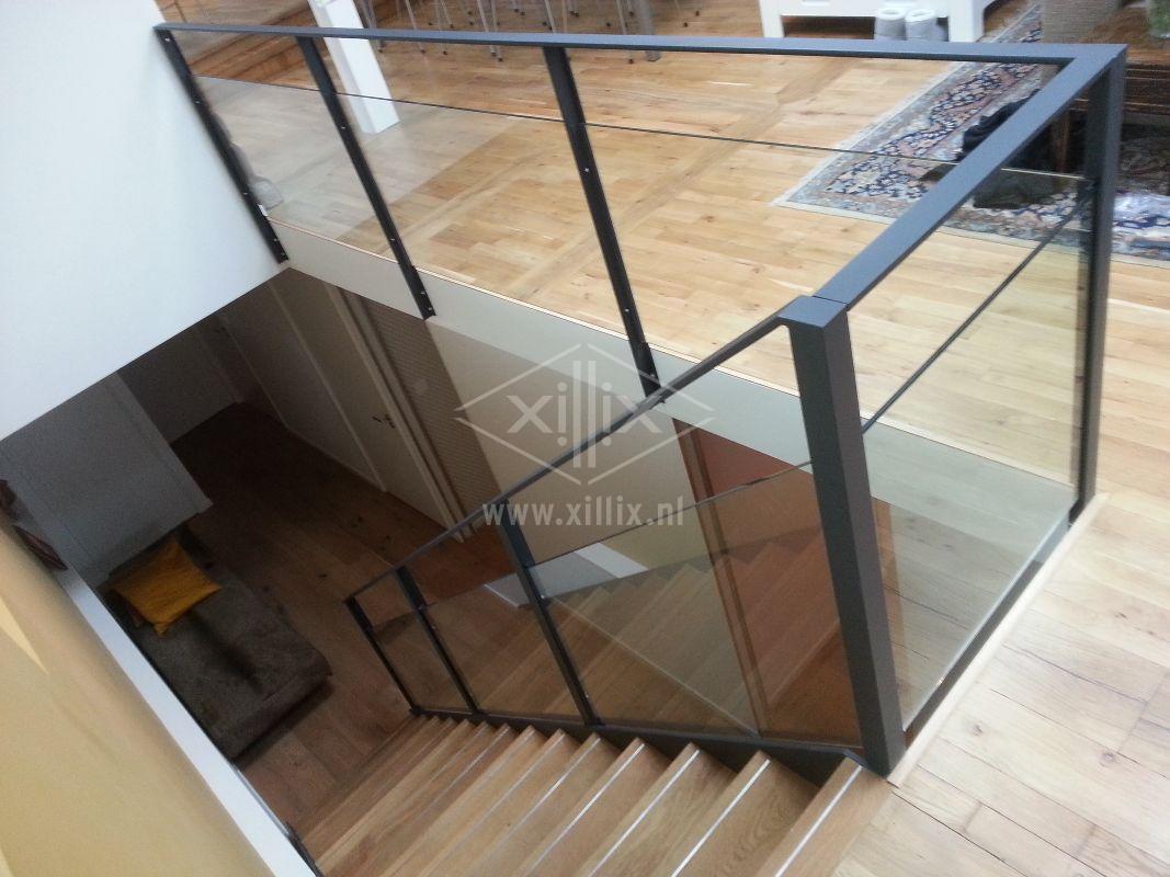 strakke balustrade glas gepoedercoat zwart staal