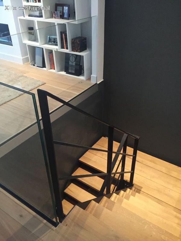 traphek van gepoedercoat mat zwart staal xillix.nl