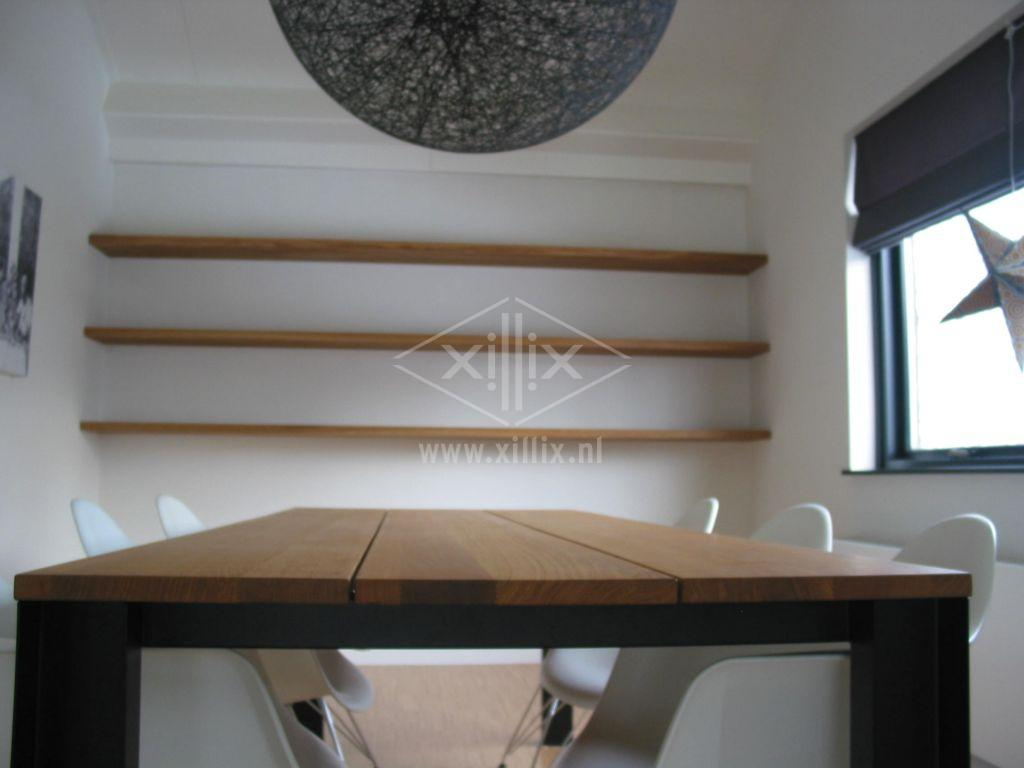 tafel van xillix.nl eiken planken & zwart stalen industrieel u-profiel onderstel, met boekenplanken.