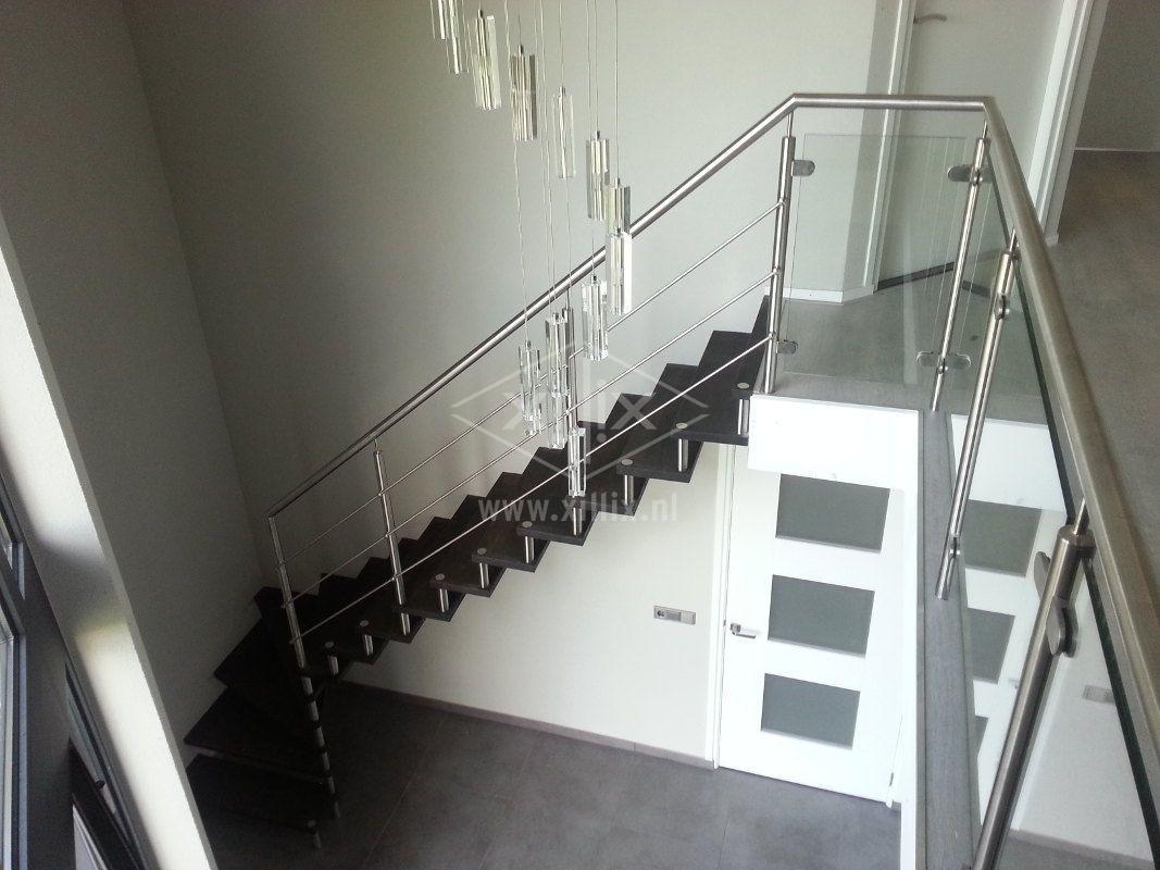 glazen balustrade aansluitend op traphek met knieregels