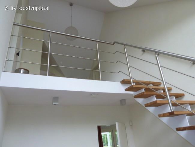 luchtige rvs balustrade, uit de hoek geplaatste staanders