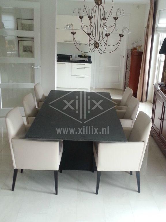 eettafel van xillix.nl met granieten coffee brown blad en zwart onderstel uit 2 stalen schotten
