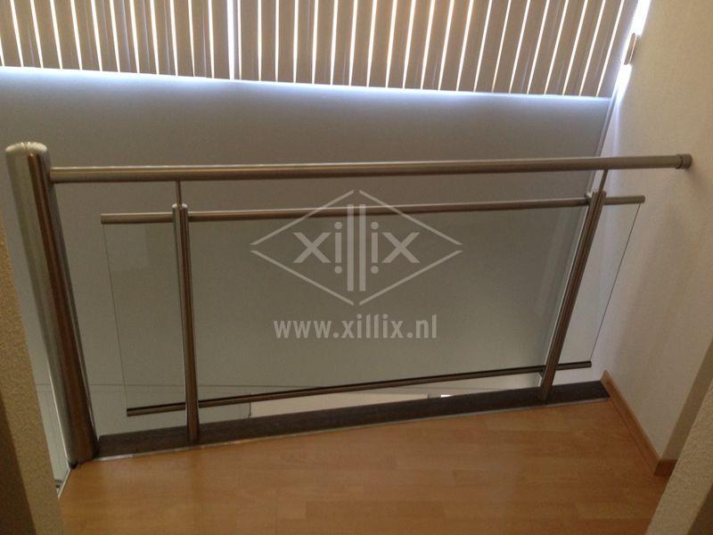 kleine balustrade rvs met glas naast trap