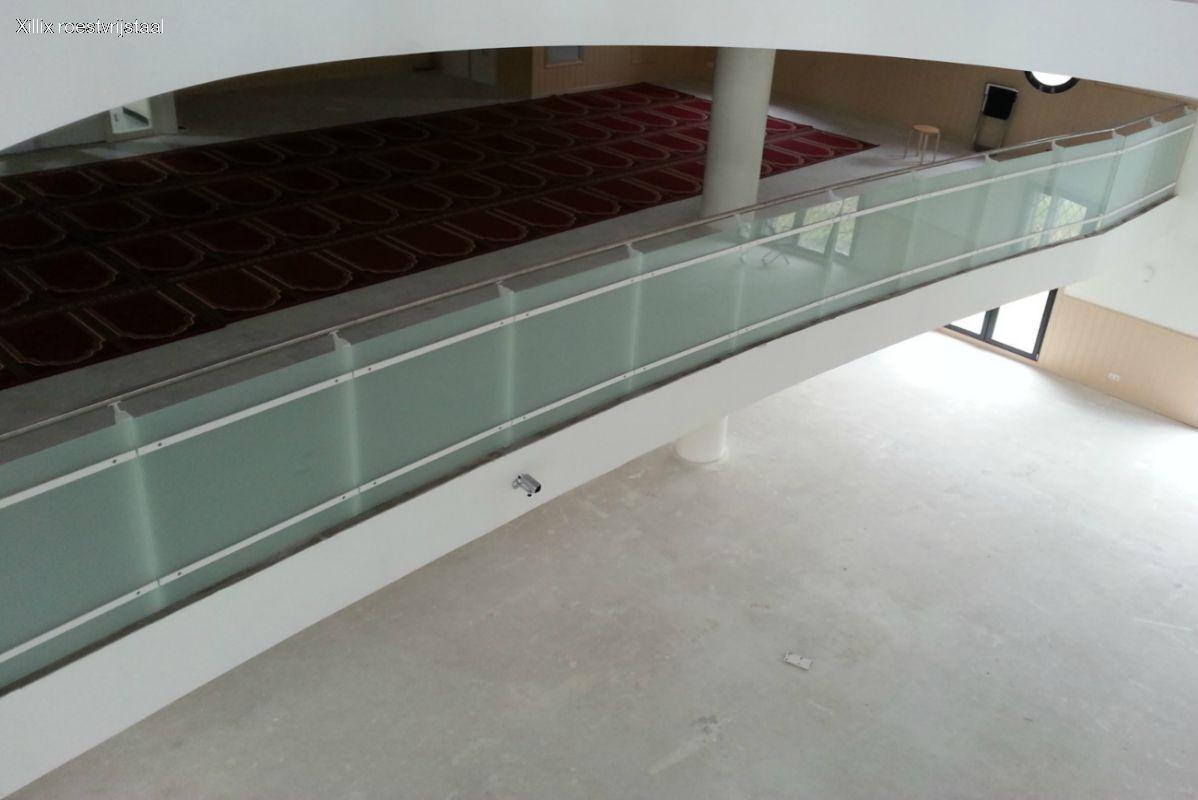 glazen balustrade Essalam Moskee Rotterdam, zonder kieren tussen het glas.