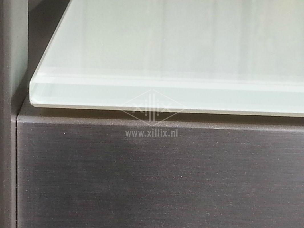 sidetable met rvs onderstel en wit gelakt glazen blad xillix.nl