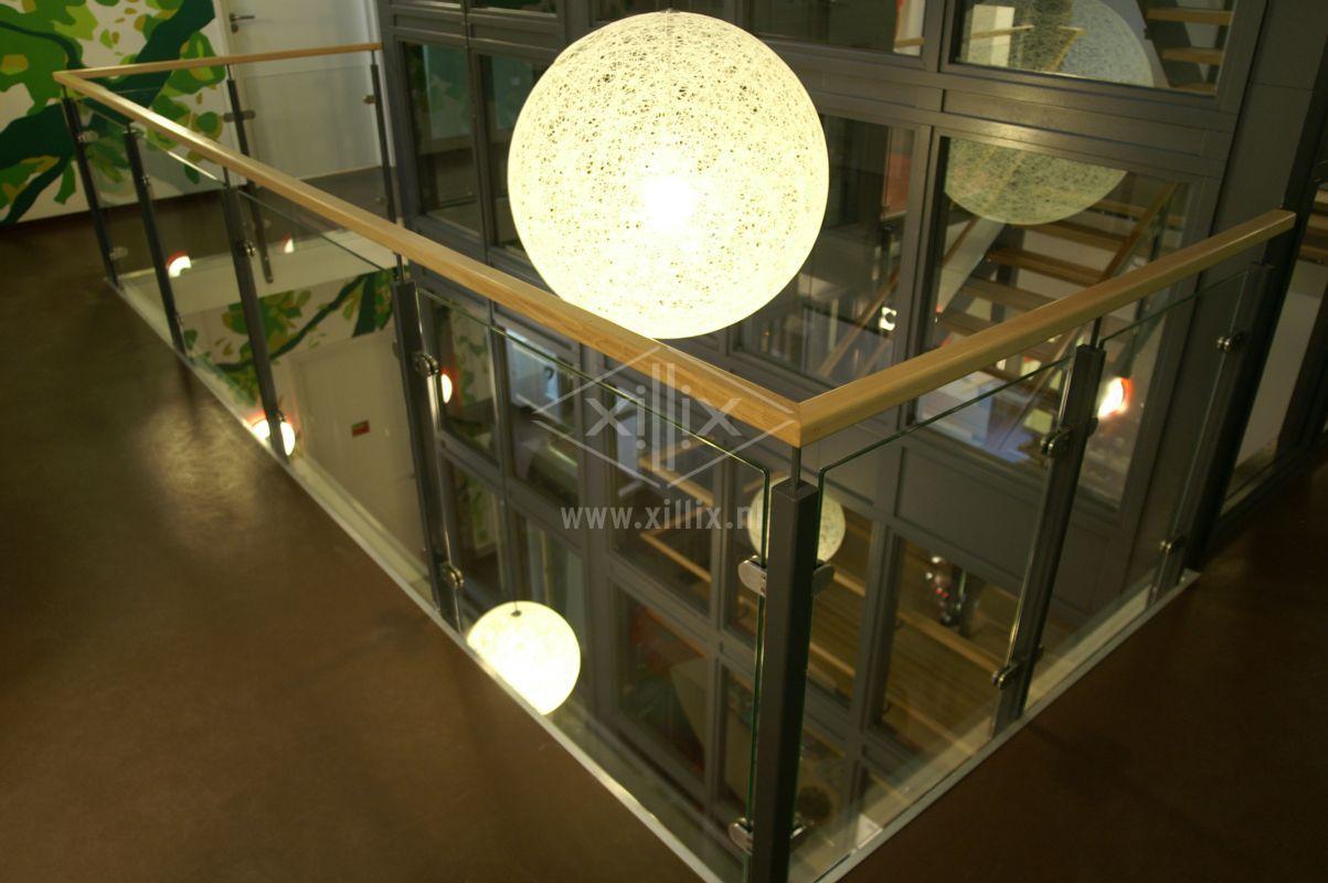 balustrade passend bij bedrijfstrap van gepoedercoat staal, glas en eiken leuning xillix.nl