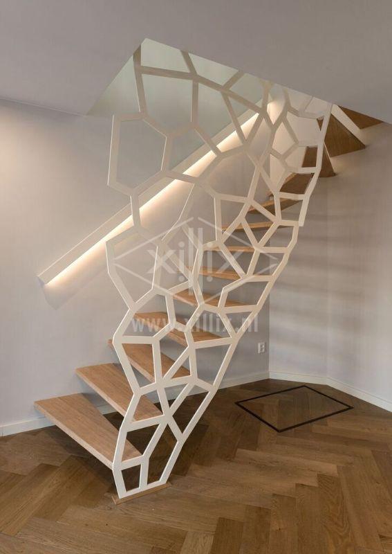 vrijdragende witte trap met organisch gevormd hek